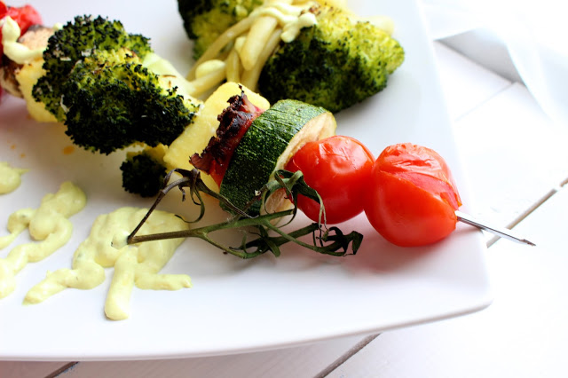 Warzywne szaszłyki z chorizo i gałązką pomidora