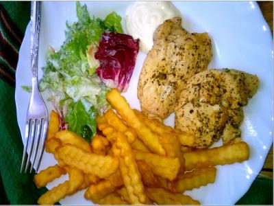 Pierś z kurczaka z piekarnika w ziołowo-cytrynowej marynacie podana z sosem kebab-gyros i ekspresową surówką