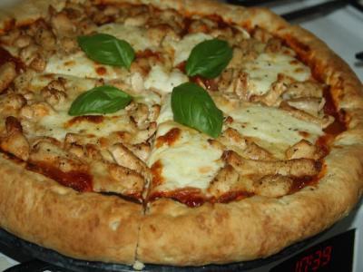 Pizza z kurczakiem pieczona na kamieniu