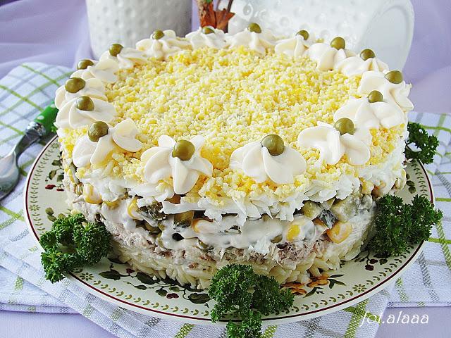 Sałatkowy tort z tuńczykiem
