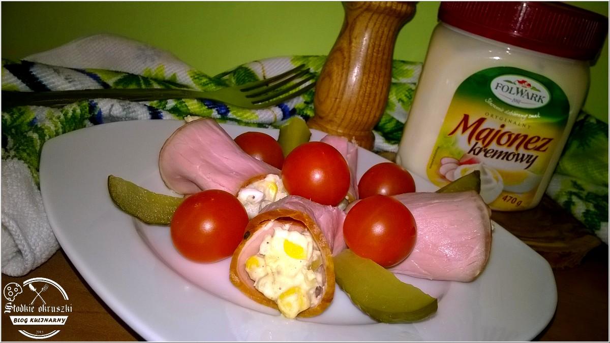 Rolowana sałatka z pomidorkami cherry i ogórkiem kiszonym